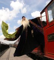 Q20 pays tribute to Professor Dumbledore: he invites you to join him on the Hogwarts Express!
