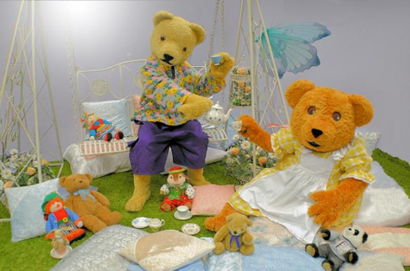 Teddy Bears' Picnic: With a compere leading the show, Q20 introduces our jolly bears, Billy and Bonnie, as they sit down to their picnic. After the sandwiches and honey buns, we'll have games, and music too!